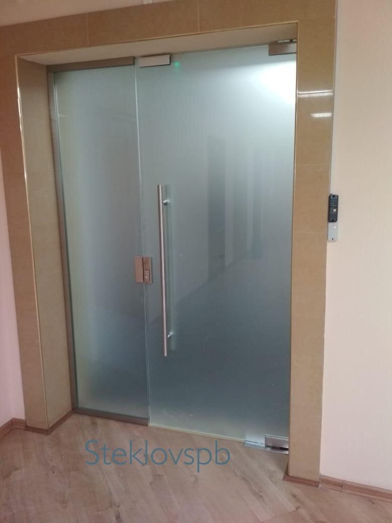 Стеклянная дверь с системой контроля доступа
