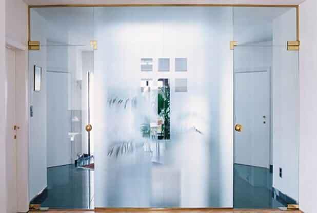 Маятниковые стеклянные двери 3